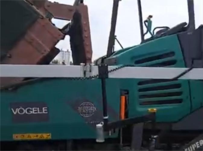 摊铺机路面施工现场视频